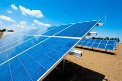 Granja de energía solar con el cielo azul Fotografía de archivo libre de regalías