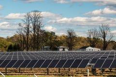 Granja de energía solar del panel del poder renovable afuera imagen de archivo