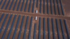 Granja de energía solar industrial grande de la opinión aérea del desierto produciendo la energía solar concentrada, Altai, Kosh- metrajes