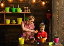 Granja granja de la casa verde madre e hijo que trabajan en casa la granja granja y concepto del cultivo Haciendo que el mundo se fotos de archivo