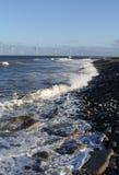 Granja de la turbina de viento en el mar fotos de archivo