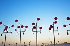 Granja de la turbina de viento en la puesta del sol Fotos de archivo libres de regalías