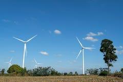 Granja de la turbina de viento en el campo - una fuente de energía renovable imagen de archivo