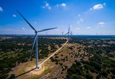 Granja de la turbina de viento en Tejas central produciendo la energía renovable limpia de energía eólica sostenible fotografía de archivo