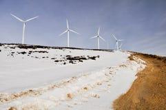 Granja de las turbinas de viento en invierno Foto de archivo libre de regalías