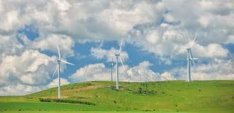 Granja de las turbinas de viento en los campos Foto de archivo libre de regalías