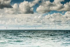 Granja de las turbinas de viento en el mar Báltico, Dinamarca Imagen de archivo