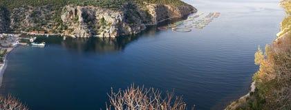 Granja de pescados de mar en la bahía griega Fotografía de archivo
