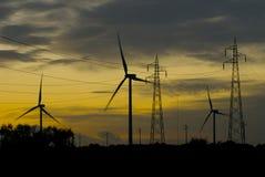 Granja de viento en la puesta del sol foto de archivo libre de regalías