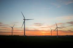 Granja de viento en la puesta del sol Fotos de archivo