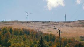 Granja de viento en las montañas almacen de video