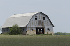 Granja decrépita en un campo de los granjeros imagen de archivo libre de regalías