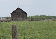 Granja decrépita en un campo de los granjeros fotos de archivo libres de regalías