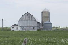 Granja decrépita en un campo de los granjeros foto de archivo libre de regalías