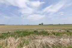 Granja decrépita en un campo de los granjeros foto de archivo
