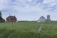 Granja decrépita en un campo de los granjeros fotos de archivo