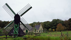 Granja del Frisian y molino de agua del viento Fotografía de archivo