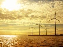 Granja del generador de poder de las turbinas de viento en el mar Foto de archivo