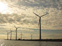 Granja del generador de poder de las turbinas de viento en el mar Imagen de archivo libre de regalías