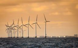 Granja del generador de poder de las turbinas de viento a lo largo del mar de la costa Imagen de archivo libre de regalías