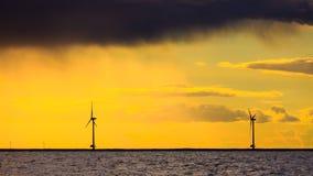 Granja del generador de poder de las turbinas de viento a lo largo del mar de la costa Foto de archivo libre de regalías