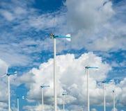 Granja del molino de viento para la energía limpia alternativa con las nubes y el azul imagen de archivo