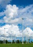 Granja del molino de viento para la energía limpia alternativa con las nubes y el azul fotografía de archivo