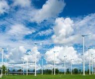Granja del molino de viento para la energía limpia alternativa con las nubes y el azul imagen de archivo libre de regalías