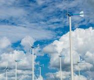 Granja del molino de viento para la energía limpia alternativa con las nubes y el azul foto de archivo libre de regalías