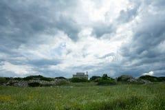 Granja del señorío en campo de hierba Fotos de archivo