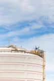 Granja del tanque blanca grande en industria de petróleo fotos de archivo libres de regalías