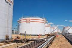 Granja del tanque para el almacenamiento de diversos productos petrolíferos con los logotipos c Foto de archivo libre de regalías