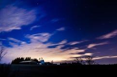 Granja en campo en la noche Imagen de archivo