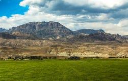 Granja en campo montañoso Imágenes de archivo libres de regalías