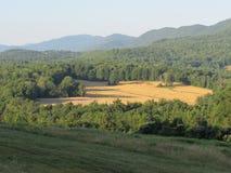 Granja en el claro enselvado en Vermont Fotografía de archivo libre de regalías