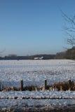 Granja en un bosque del invierno Foto de archivo libre de regalías