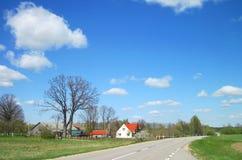 Granja hermosa cerca del camino, Lituania Fotografía de archivo