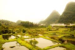 Granja hermosa y montañas especiales/campo Imagen de archivo