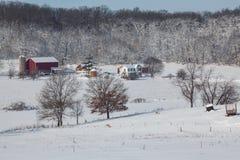 Granja lechera quintaesencial en nieve fresca Fotos de archivo
