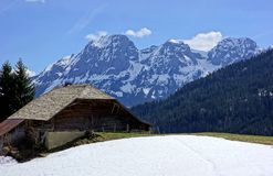 Granja lechera suiza en las altas montañas imágenes de archivo libres de regalías