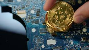 Granja moderna del bitcoin Moneda del pedazo del oro en placa de circuito metrajes
