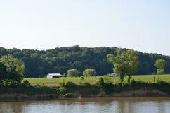 Granja rural de la orilla Fotos de archivo