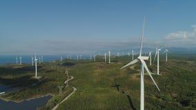 Granja solar con los molinoes de viento Filipinas, Luzón Imágenes de archivo libres de regalías