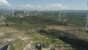 Granja solar con los molinoes de viento Filipinas, Luzón Imagen de archivo libre de regalías