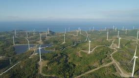 Granja solar con los molinoes de viento Filipinas, Luzón Foto de archivo