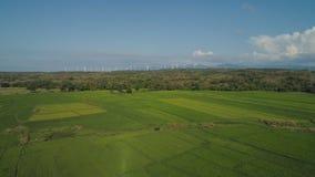 Granja solar con los molinoes de viento Filipinas, Luzón Imagen de archivo