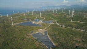 Granja solar con los molinoes de viento Filipinas, Luzón Fotografía de archivo