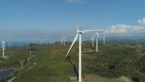 Granja solar con los molinoes de viento Filipinas, Luzón Fotos de archivo