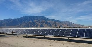 Granja solar en el desierto imagen de archivo