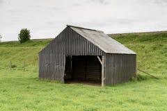 Granja vertida en un campo Foto de archivo
